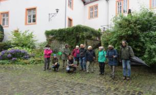 Die kleine Gruppe, bestehend aus Mitgliedern der Bürgerinitiative für den Erhalt der Grünen Lunge am Günthersburgpark e.V. und des BUND, die sich zu dieser Kräuterwanderung in Hungen zusammengefunden hatte.