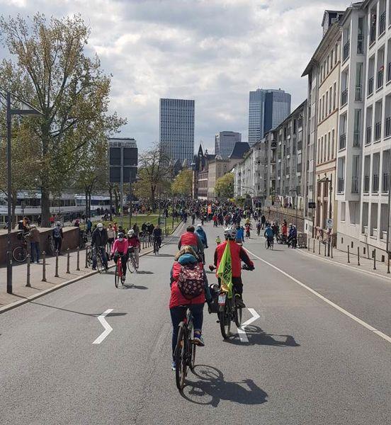 """Demonstrant*innen der """"Mobilitätswende jetzt!"""" Demo am Treffpunkt in Frankfurt"""
