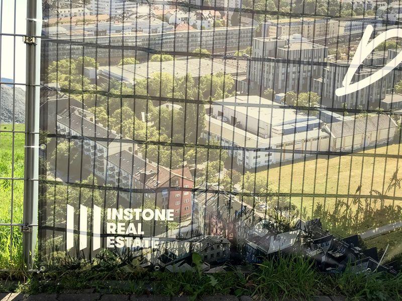 Schönhof-Zaun-Poster: Blick auf den östlichen Bereich des Baugeländes mit vielen Bäumen (Foto: wrh)