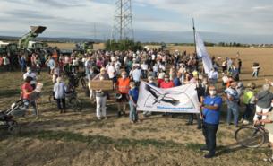 Demo gegen das geplante Industriegebiet vor Nieder-Eschbach.