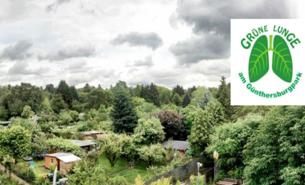 Gärten mit Hütten umrandet von Naldel- und Laubbäumen, mit grüner Lunge als Logo der Bürgerinitiative