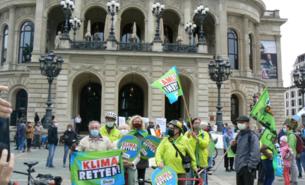 #Kein Grad weiter: BUNDler*innen demonstrieren vor der Alten Oper in Frankfurt.